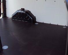 Anti-slip vloer met bindgaten